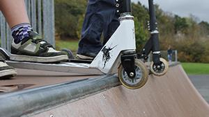 Rollerek a skateparkban
